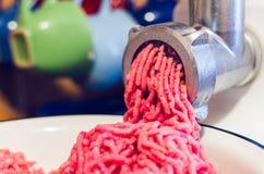 一肉末的准备的过程通过一台电绞肉机的 免版税库存照片