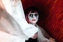 一股烟的吸血鬼女孩在红色 库存图片
