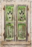 一脏的老绿色木视窗 库存照片