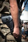 一致和武装的军事战士与枪 免版税图库摄影