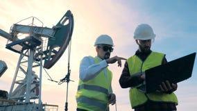 一致的检查油塔的工作者在领域,关闭 股票录像