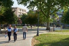 一致的步行的两个女孩在公园 免版税图库摄影
