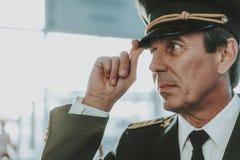 一致的身分的镇静老练的飞行员在机场 免版税图库摄影