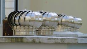 一般叫作` whirlybirds `屋顶出气孔的金属银色转动的涡轮通风设备安装在屋顶是多数 影视素材