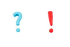 一般彩色塑泥标志惊叹号和问号 免版税库存照片