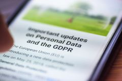 一般数据保护章程-对智能手机筛选信息的特写镜头人的指点与文本GDPR 免版税库存照片