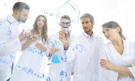 一般看法被看见的低谷一个透明委员会在分析信息的人化学实验室 免版税库存照片