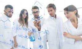 一般看法被看见的低谷一个透明委员会在分析信息的人化学实验室 免版税库存图片