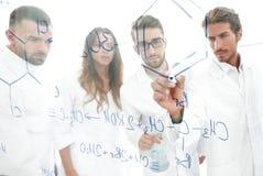 一般看法被看见的低谷一个透明委员会在分析信息的人化学实验室 库存照片