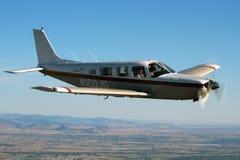 一般航空-吹笛者萨拉托加航空器 免版税库存照片