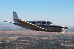 一般航空-吹笛者萨拉托加航空器 免版税库存图片