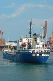 一般货物船和口岸起重机 图库摄影