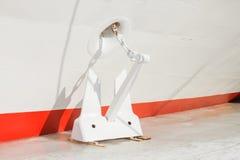 一艘三甲板马达船的片段有一个船锚的在冰 免版税库存照片