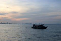 一艘乘客渡轮的剪影在日落期间的 库存图片