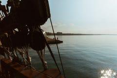一艘传统帆船的内部看法-冒险navigat 免版税库存照片