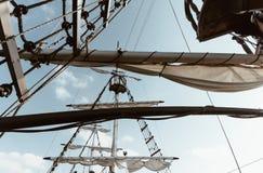 一艘传统帆船的内部看法-冒险navigat 库存照片
