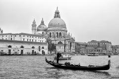 一艘传统长平底船的美丽的景色在运河的重创与历史的大教堂二圣玛丽亚della致敬在背景中在Ve 免版税库存图片
