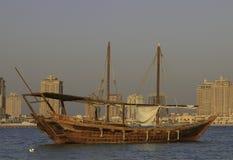 木单桅三角帆船小船在卡塔尔 免版税库存照片