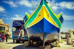 一艘传统马尔他luzzu捕鱼船 免版税图库摄影