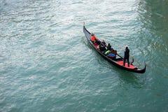 一艘典型的长平底船的游人在一条威尼斯式运河 免版税库存图片