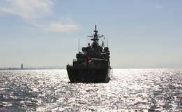一艘军用船的剪影 库存图片