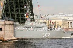 一艘军用船通过在宫殿桥梁下 免版税库存图片