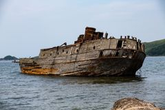 一艘凹下去的船的遗骸在日本海 免版税图库摄影
