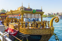 一艘历史的东部船的旅游餐馆在伊斯坦布尔 库存照片