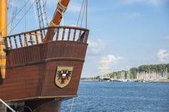 一艘历史的帆船的哎呀在Travemà ¼ nde港口  免版税库存图片