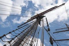 一艘历史的帆船的帆柱和索具反对蓝色s的 免版税库存图片