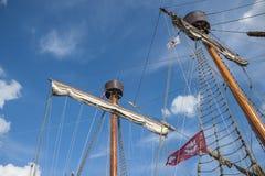 一艘历史的帆船的帆柱在Travemà ¼ nde港口  免版税库存照片