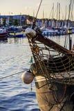 一艘历史的帆船的臭虫在口岸的 库存图片