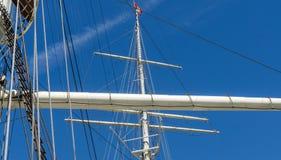 一艘大帆船的帆柱和索具在汉堡港的  免版税库存照片