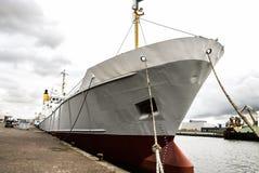 一艘大捕鱼船的一张正面图,站立在IJmuiden船坞,荷兰 免版税图库摄影