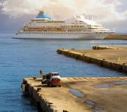 ?? 一艘大白色游轮在旅游海港站立在日落,罗得岛,希腊 有渔夫的汽车的 免版税库存照片