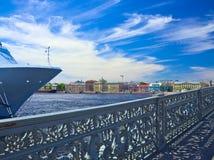 一艘大船停泊了在英国堤防靠近通告(Blagoveshchensky)桥梁 免版税库存照片