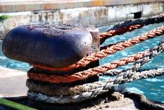 一艘大船的停泊绳索在口岸的 免版税库存图片