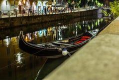 一艘威尼斯式长平底船的不凡的视域在Naviglio Gran停泊了 图库摄影