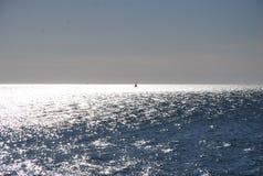 一艘孤立帆船在海 免版税库存图片