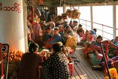 一艘客船的甲板的人们在河Ayeyarwady o的 库存图片