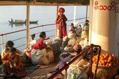 一艘客船的甲板的人们在河Ayeyarwady o的 图库摄影