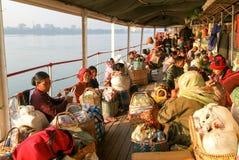 一艘客船的甲板的人们在河Ayeyarwady o的 免版税库存图片
