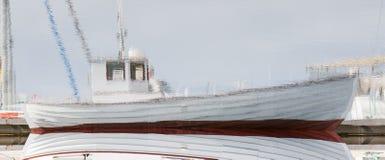 一艘小捕鱼船的反射 免版税库存图片