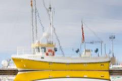 一艘小捕鱼船的反射 库存图片
