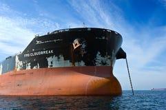 一艘巨大的散装货轮在停住的FMG Cloudbreak的弓在路 不冻港海湾 东部(日本)海 17 09 2015年 库存图片