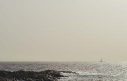 一艘帆船的剪影在大西洋 库存照片
