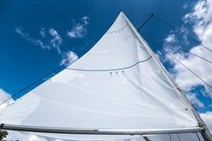 一艘帆船的风帆反对天空的 免版税库存照片