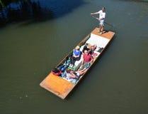 一艘平底船的人们在河凸轮在剑桥 免版税库存图片