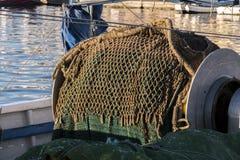 一艘拖网渔船的捕鱼网,在圣波拉港  免版税库存图片