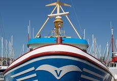 一艘捕鱼船的弓在一个荷兰语港口 图库摄影